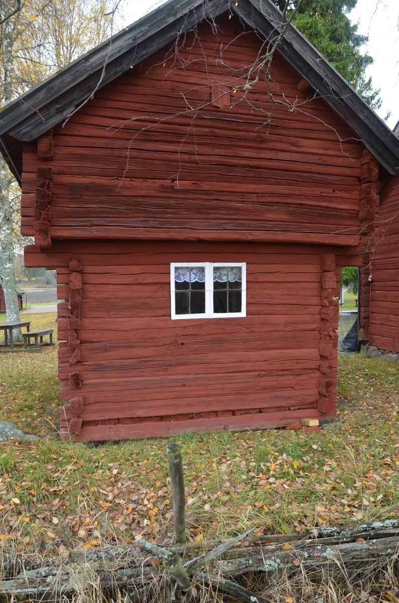 Härbre vid Huddunge hembygdsgård, Prästgården 1:1, Huddunge socken, Heby kommun, Uppsala län 2014