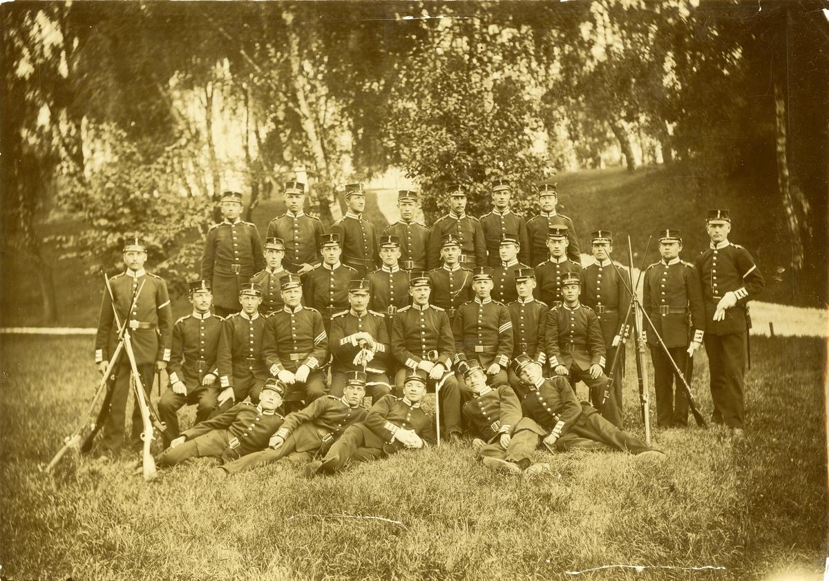 Grupporträtt av officerare och soldater vid Rekrytskolan 1898.
