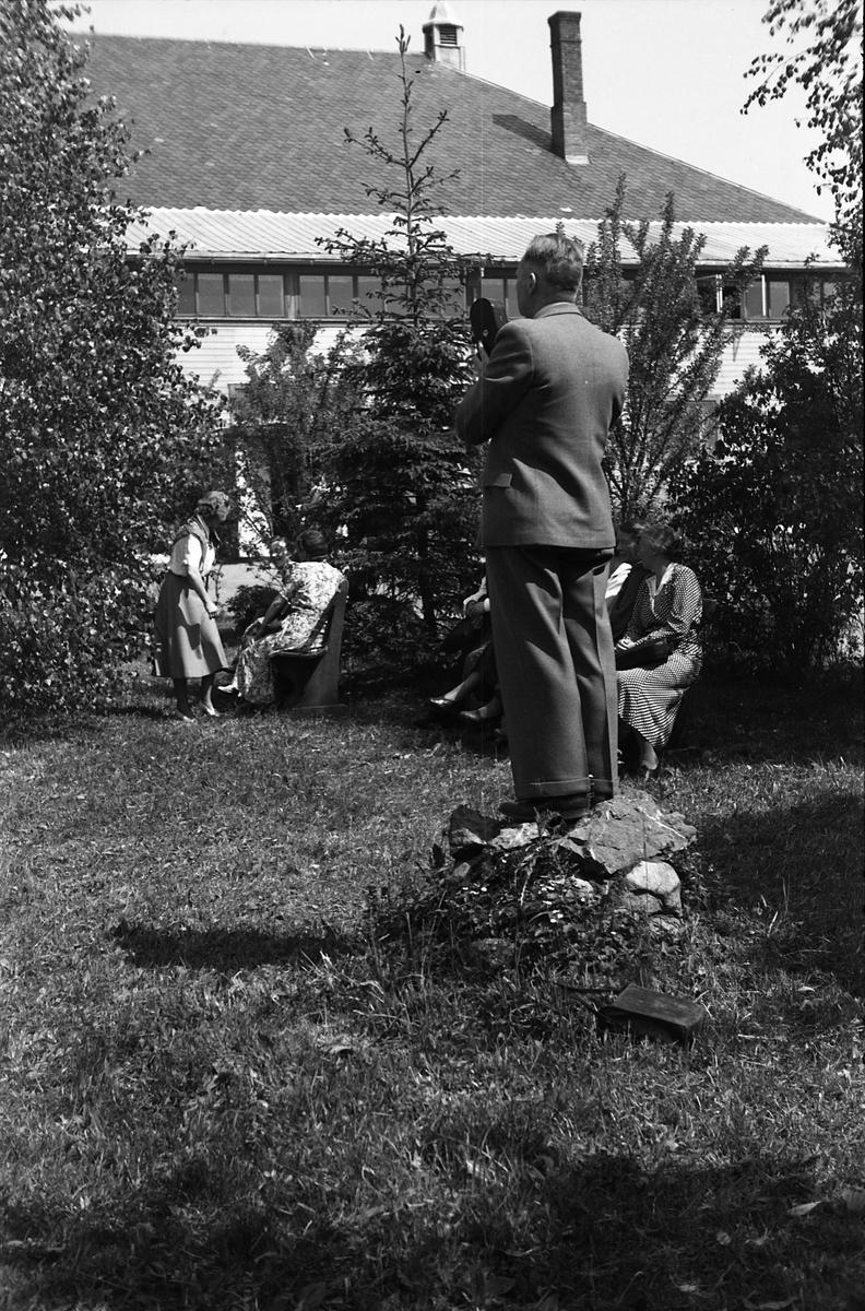 Fra Oppland Bondekvinnelags årsmøte i Østre Toten Festivitetslokale, 3. og 4. juni 1950. Serie på 20 utendørs bilder.