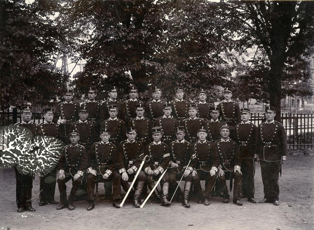 Grupporträtt av soldater ur Norrlands trängkår T 3 vid Fredrikshov Stockholm.