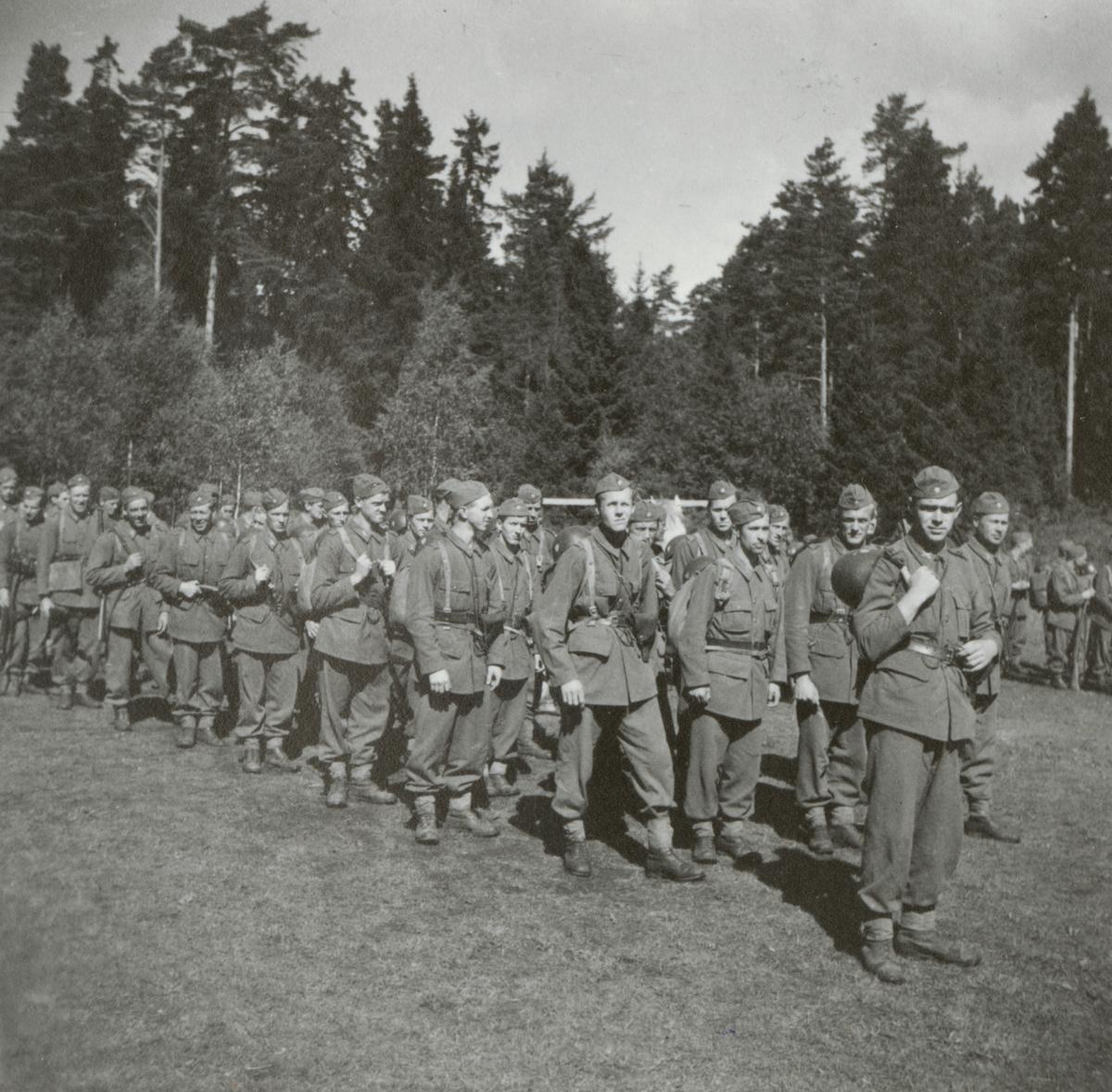 Soldater från Södermanlands regemente I 10 inför marsch.