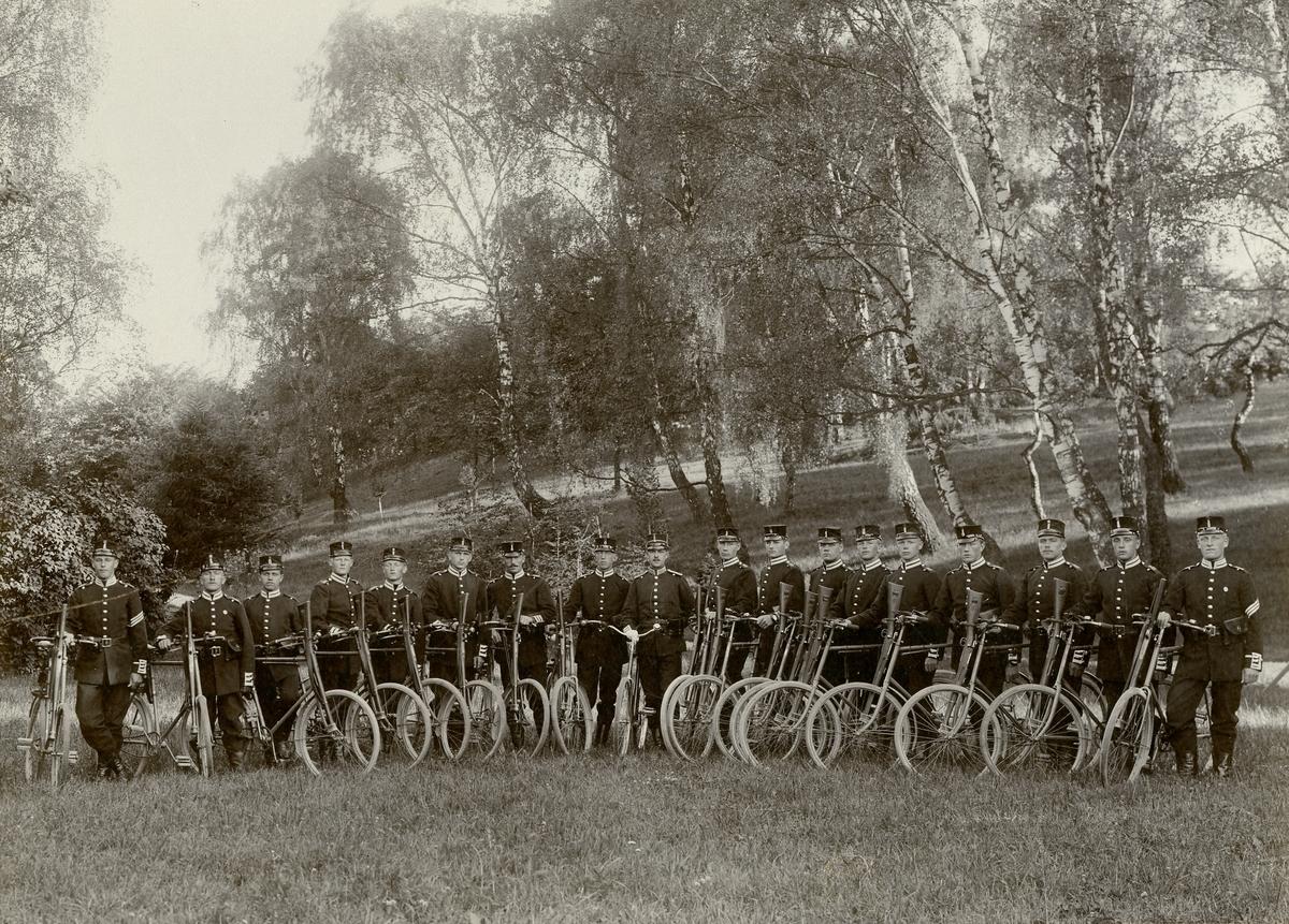 Grupporträtt av soldater med cyklar.