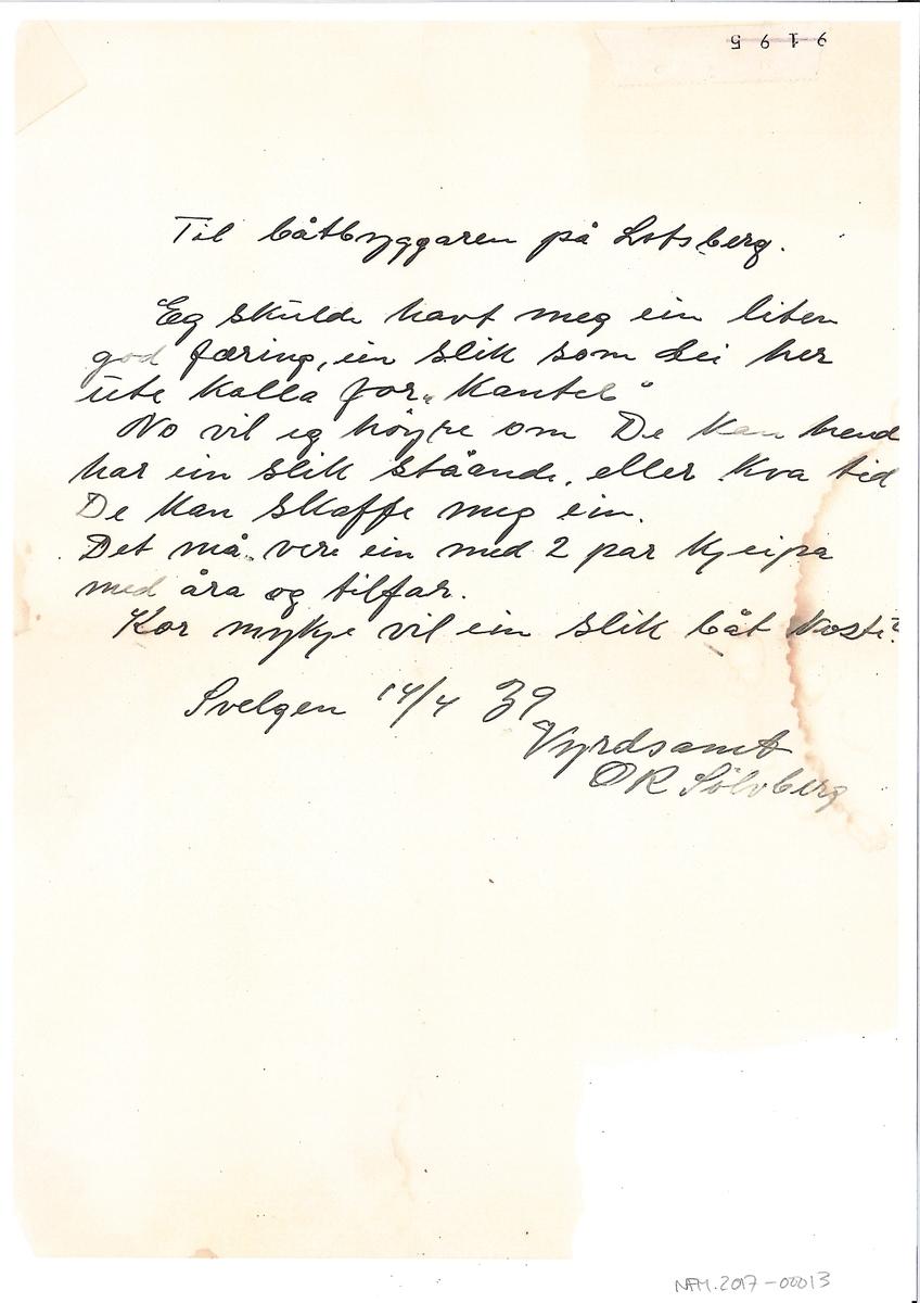 Notat, teikningar og brev/postkort. 1 postkort, 3 brev i konvolutt, 1 brev utan konvolutt, kopi av 2 sider tekst og to båtteikningar frå notatbok, 1 ark med teikning og mål på båt. Breva er bestillingar på båt. Breva er i frå Ålfoten, Svelgen, Måløy og Knarrevik, datert frå 1915 til 1939. 2 s tekst frå notatbok med mål på 3 ulike båtar, skrive i tekst med mål i båtalen og tommer. Heksbaat lengde 9 baatalner, Feringsbaat 4 umfar lengde 9 baatalner, Færing lengd 8 baatalner.