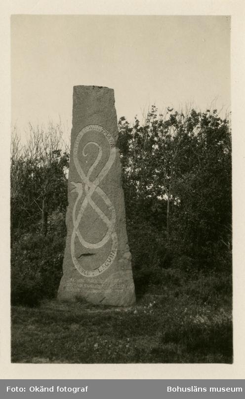 "Stenblock med dekor av slingrande orm samt inskriptionen""Kapten I. C Weltmann, 1875 - 1900, Faryget Laguna"""