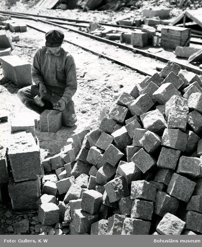 Stenhuggare förbereder ett ämne för klyvning vid tillverkning av smågatsten