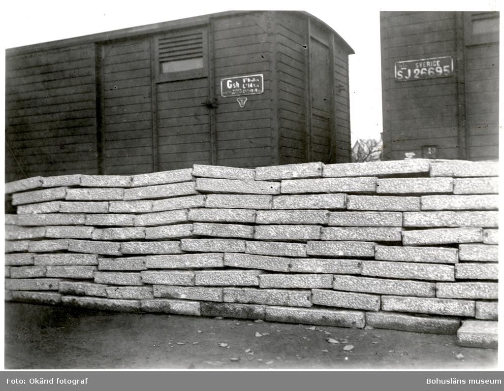 Upplag av sten vid järnvägsvagnar
