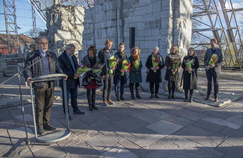 Alle bidragsyterne til utstillingen fikk selvfølgelig blomster som takk for innsatsen.