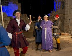 Truid holder Jomfru Karines gavebrev triumferende i været foran Biskop Mogens som tas til fange av to soldater.