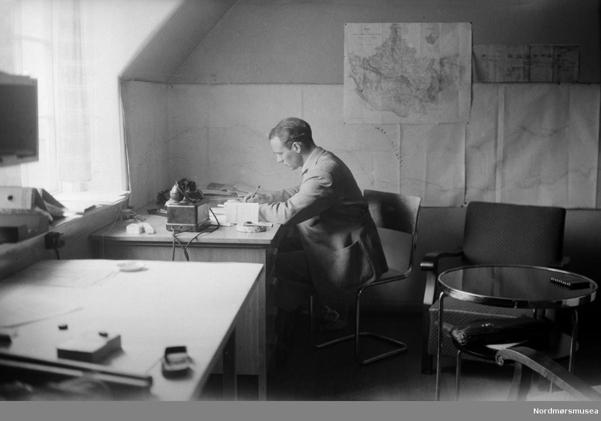 Aura, Sunndal, 1930, ingeniør, jernbane, kontor. brakke. Arkivskaper er trolig Erling Dall-Larsen, mens giver av samlingen er Liv Dall Johnsen. Fra Nordmøre museums fotosamlinger.