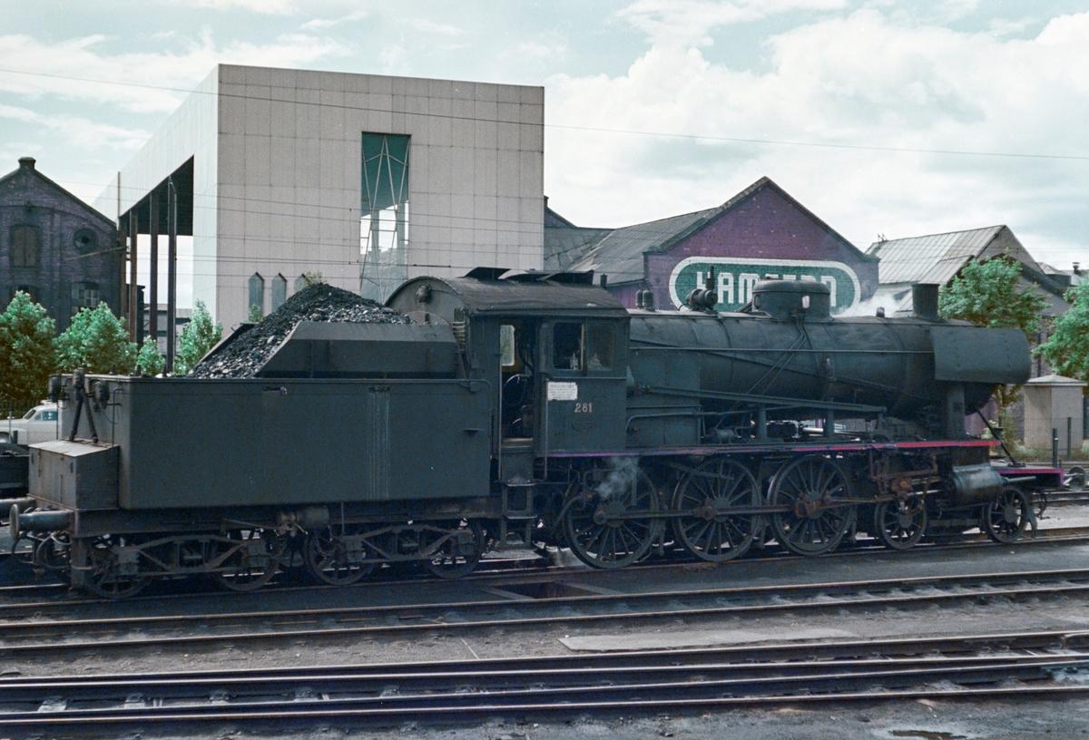 Damplokomotiv type 30a nr. 281 på Hamar stasjon.