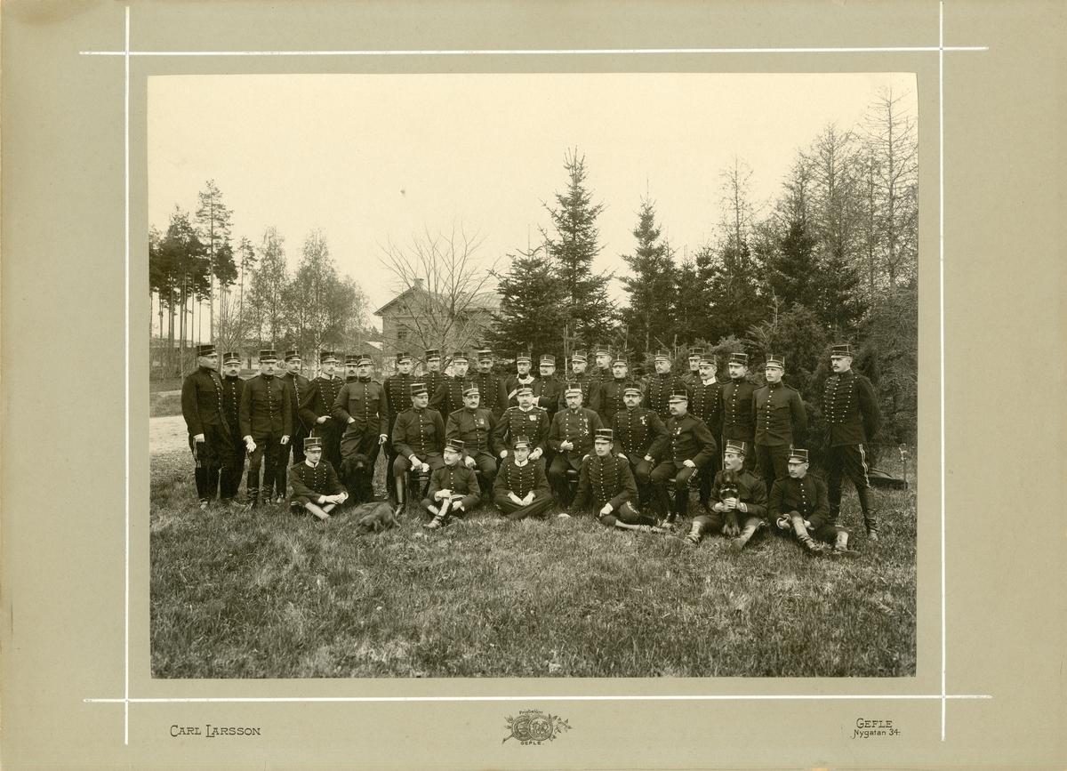 Grupporträtt av officerare vid Svea artilleriregemente A 5 på Marma skjutfält.