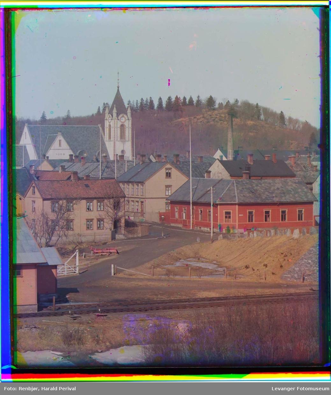 Motiv fra trehusbyen og kirka i Levanger.