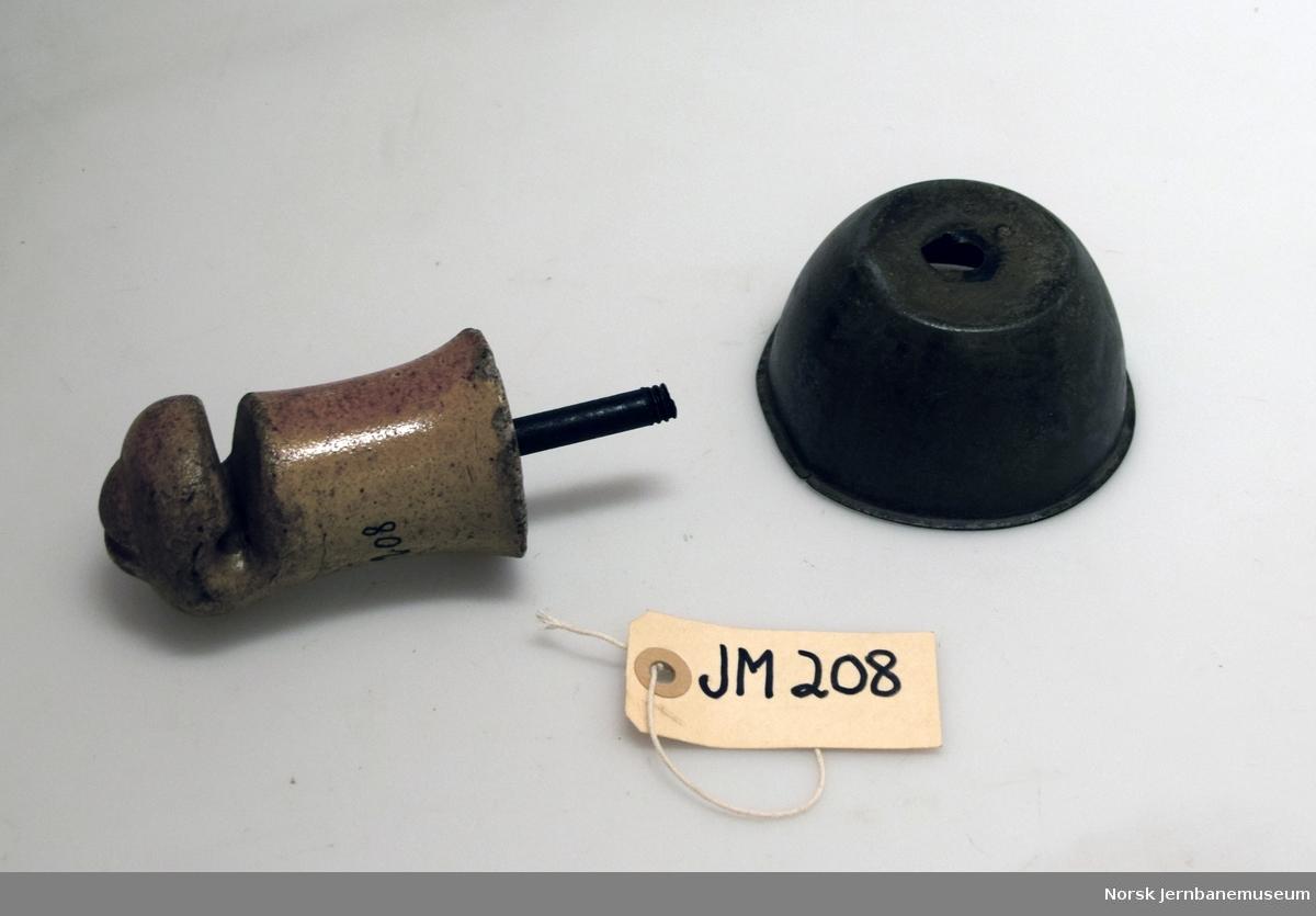 Isolator, montert hengende og forsynt med beskyttelseskappe  Variant av en britisk isolator utviklet av Edwin Clark ca 1851-1852