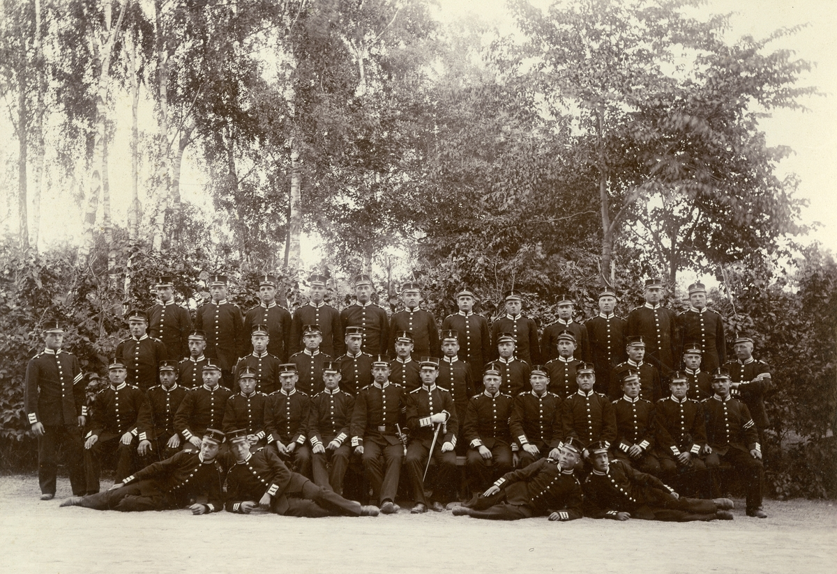 Grupporträtt av soldater förmodligen från Göta livgarde I 2 på beväringsrekrytmötet 1902. För namn, se bild nr. 2.