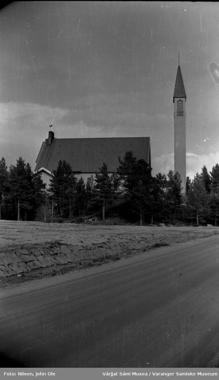 Enontekiö kirke i Hetta. Vei i forgrunnen, en del furutrær rundt kirkebygget. 16. juli 1967