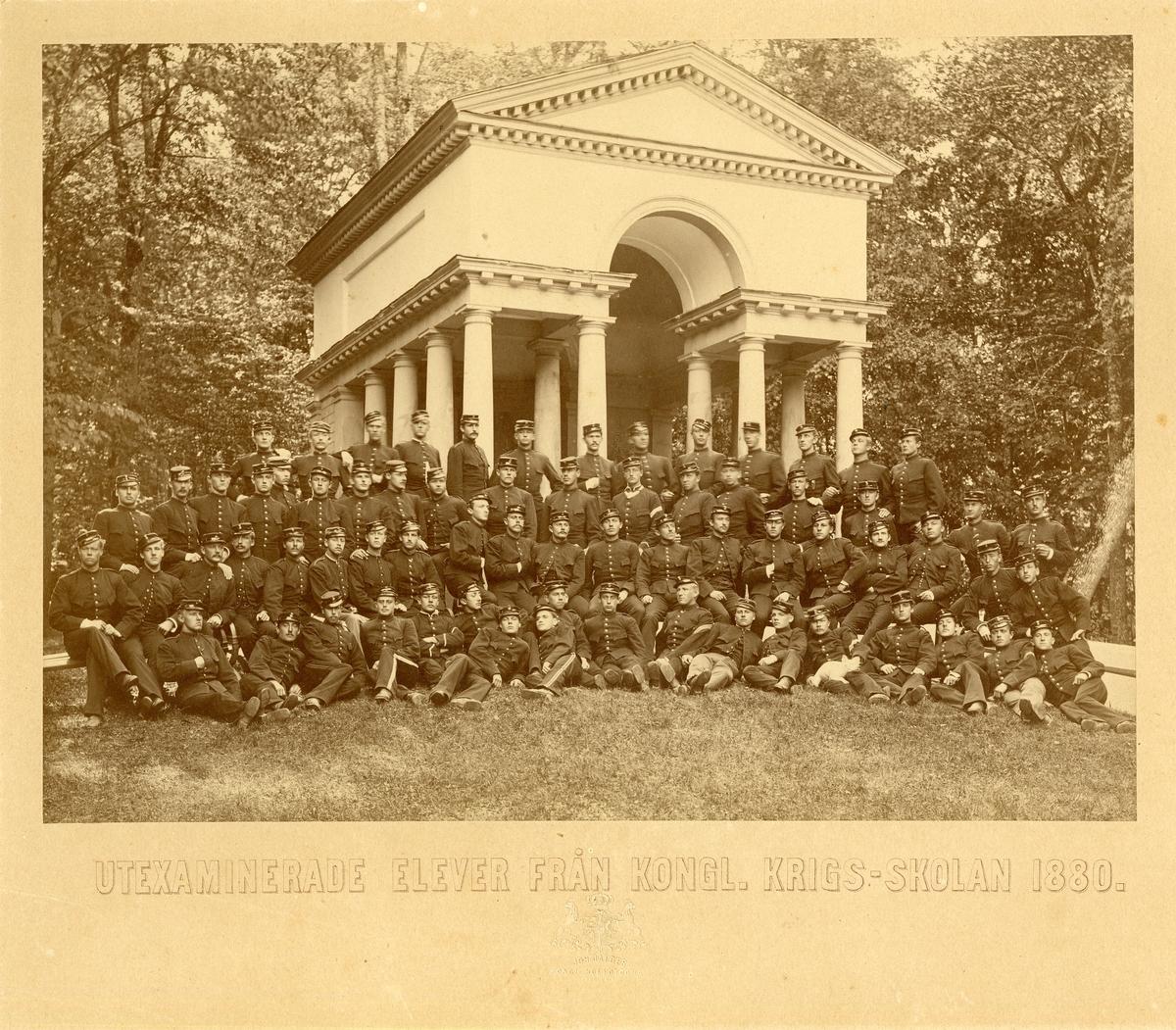 Grupporträtt av utexaminerade elever från krigsskolan 1880.