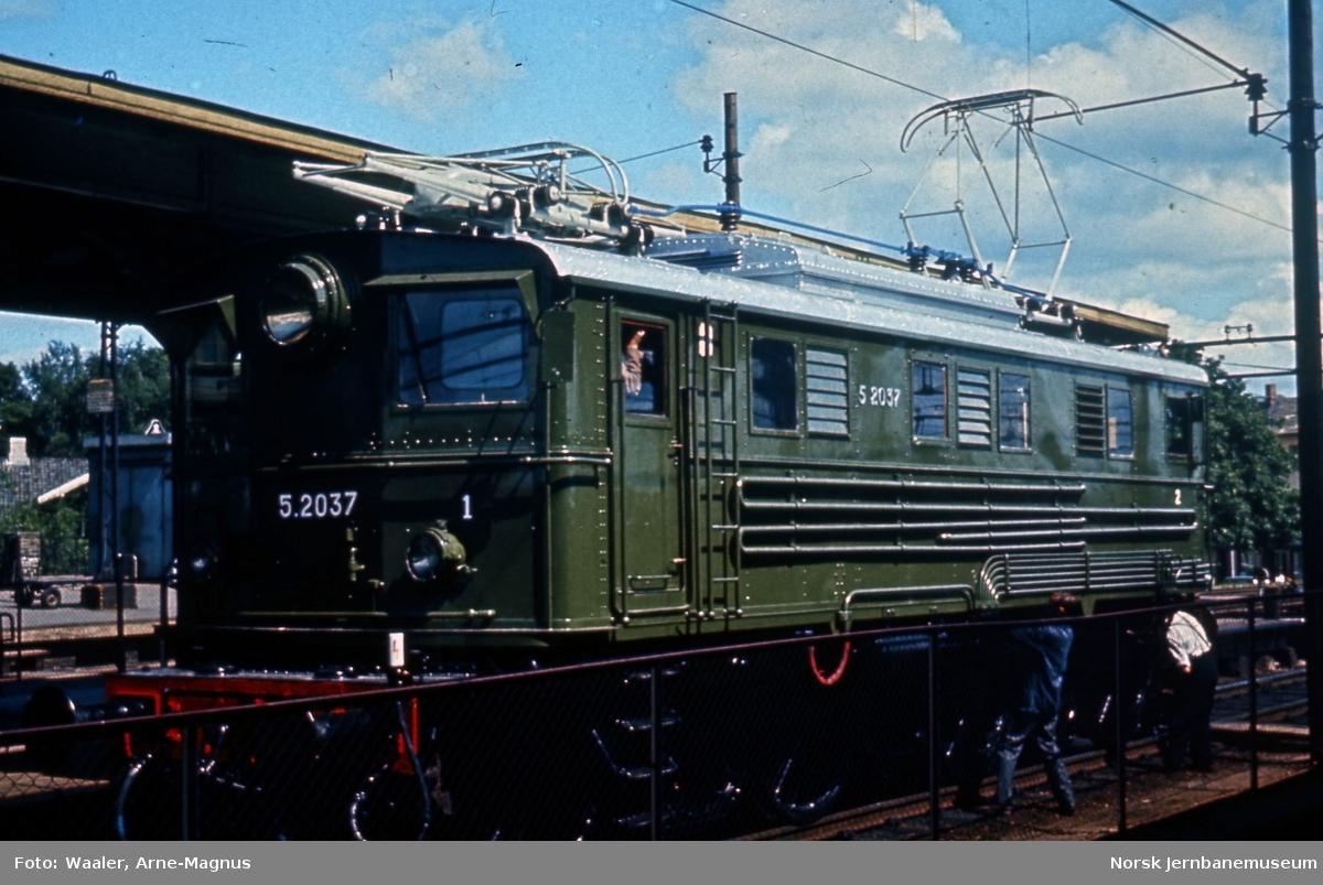 Elektrisk lokomotiv El 5 2037 på Lillestrøm stasjon