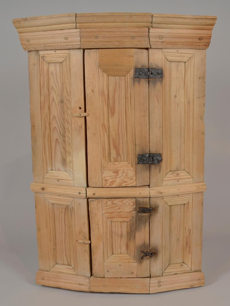 Femkanta kråskåp i umåla furu. To dører over kvarandre i felt midt framme. Jarnhengslar på dørene som er ulike på kvar dør. Skåpet er nagla saman med trenaglar. Ryggen har tydelege spor etter øksing.