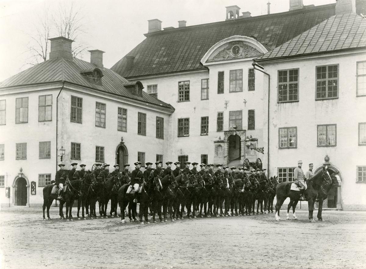 Ryttartrupp i profil på framsidan av Karlbergs slott. Krigsskolan Karlberg.