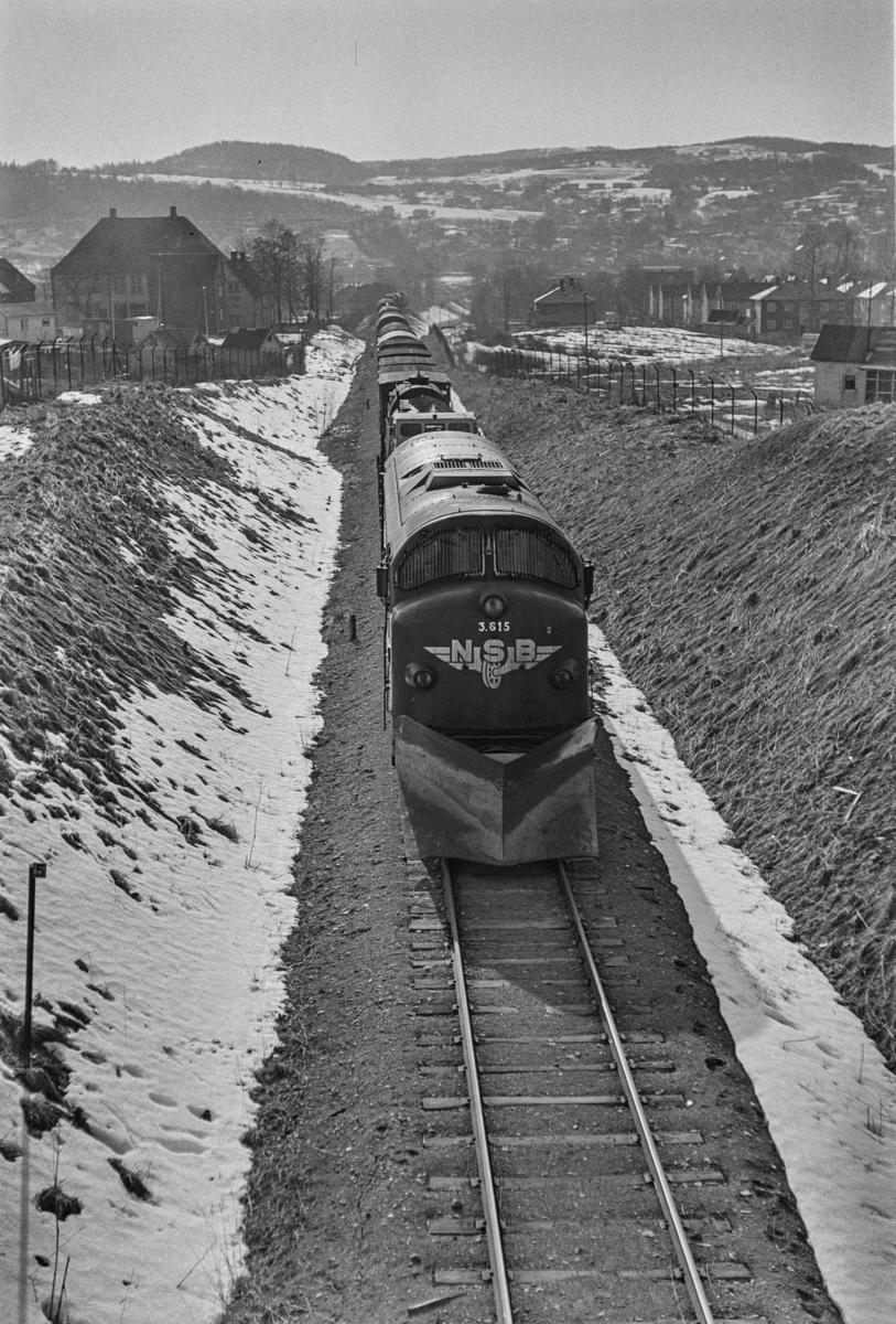 Godstog 5771 på Stavne-Leangenbanen ved Trondheim. Toget trekkes av diesellokomotiv type Di 3 nr. 615.