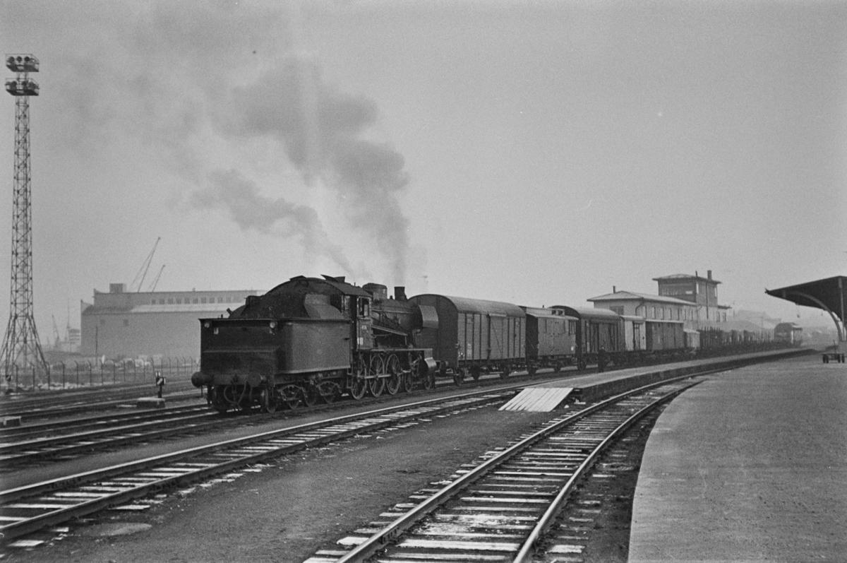 Damplokomotiv type 30c nr. 468 kobler vogner til et langt godstog på Trondheim stasjon.