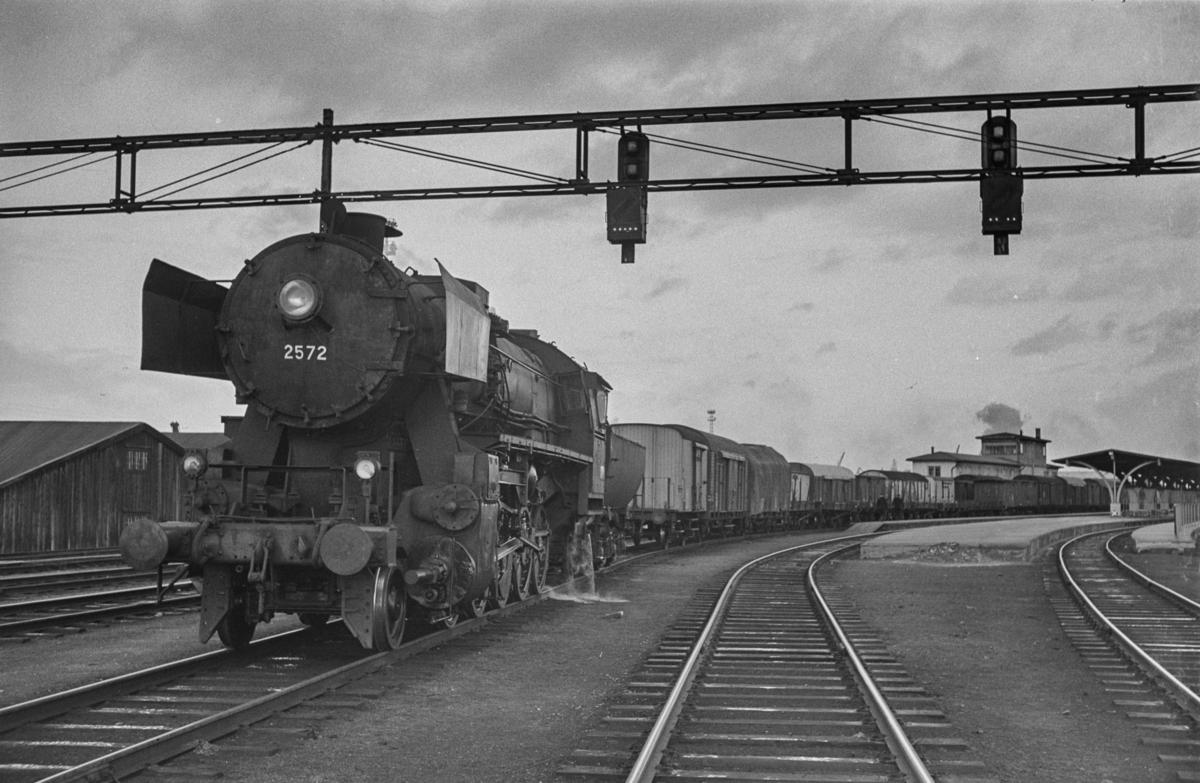 Sydgående godstog på Trondheim stasjon. Toget trekkes av damplokomotiv type 63a nr. 2572.