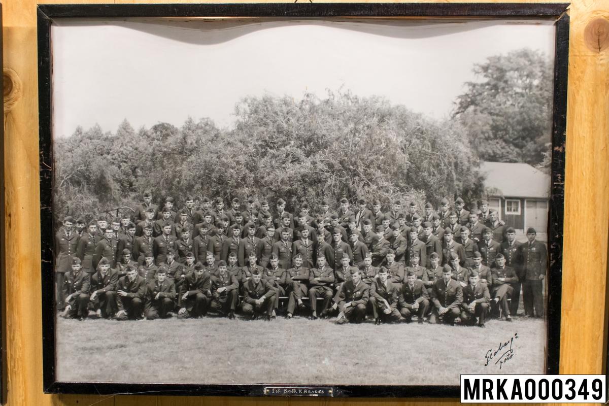 Fotografi taget på befäl och soldater som genomfört grundläggande soldatutbildning på 1:a Batteriet KA 2. Fotografiet taget på KA 2. Flobergs Foto 1965.