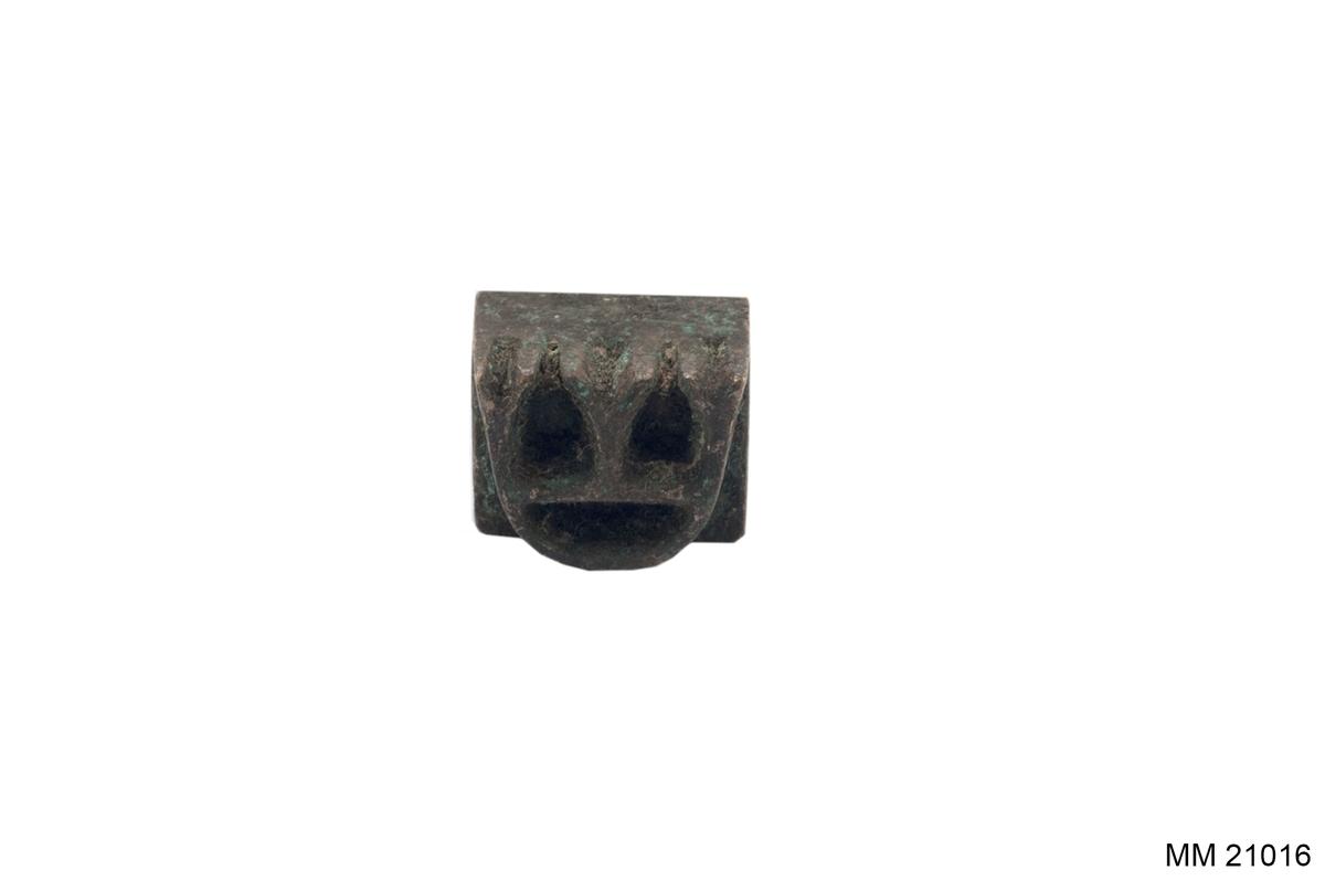 Svarvat trähandtag i form av en knopp. Fot och stämpelhuvud i metall med motivet: tre kronor.