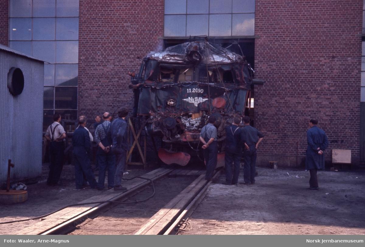 Elektrisk lokomotiv El 11 2090 etter togulykken i Nydalen, foto på Verkstedet Grorud hvor det må brukes skjærebrenner for å få inn lokomotivet i verkstedet