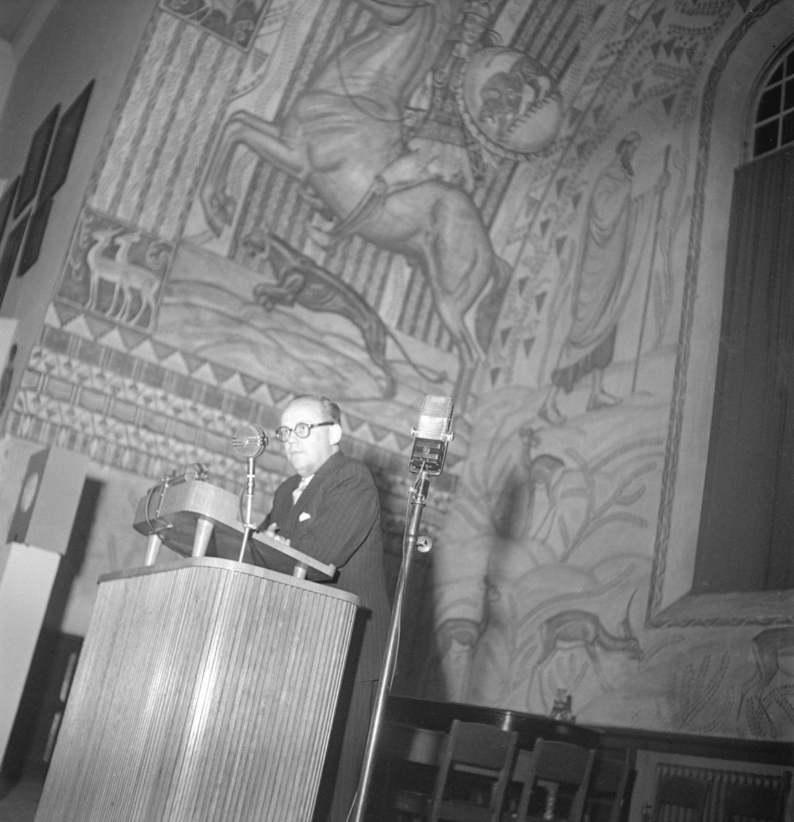 Musikvetaren och radiomannen Per Lindfors leder musikgissningstävling mellan städerna Linköping och Motala. Platsen är läroverkets aula. Tiden den 7 mars 1947.