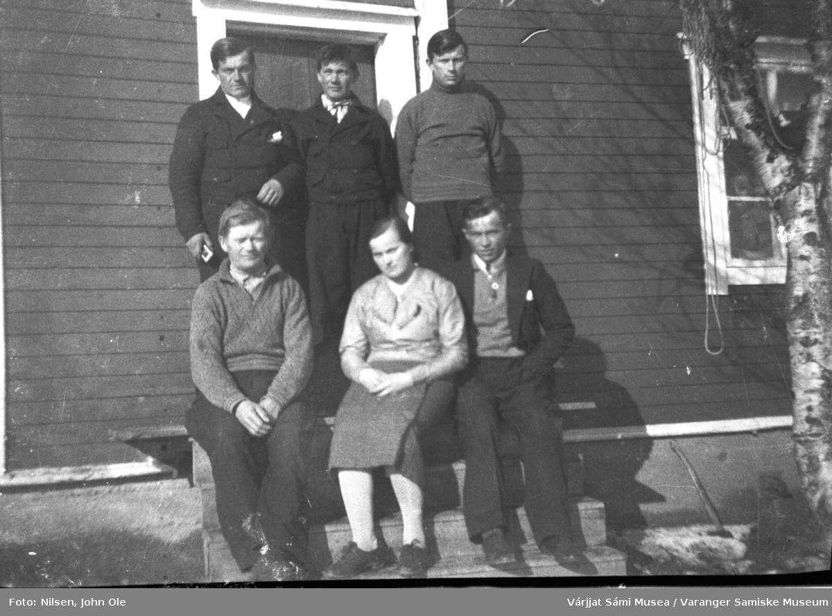 Gruppebilde av familien Nils A. Elen utenfor huset sitt i Fuoitnjárga / Bunes rundt 1940.
