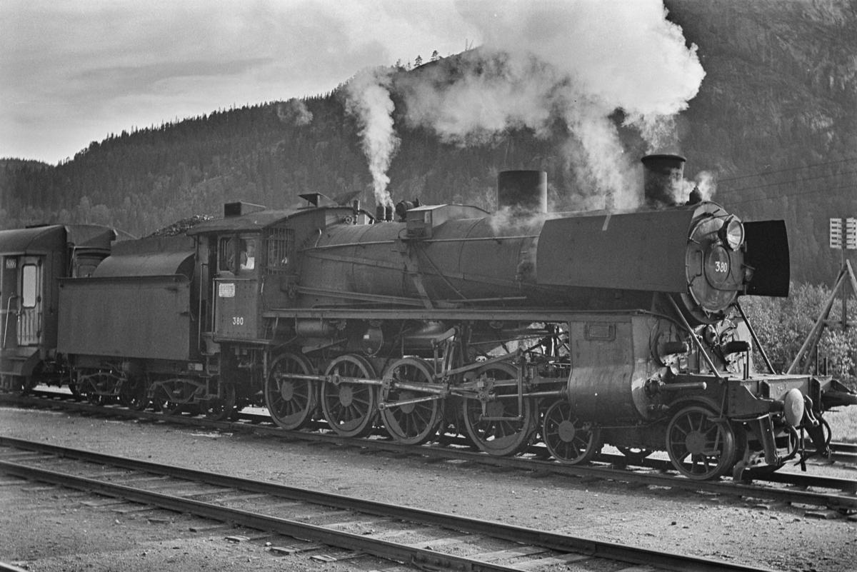Dagtoget fra Trondheim til Oslo Ø, tog 302, på Støren stasjon. Toget trekkes av damplokomotiv type 26c nr. 380.