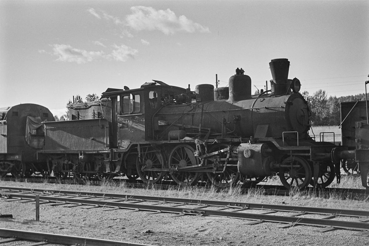 Damplokomotiv type 21c nr. 374 hensatt for opphugging på NSBs verksted på Grorud.