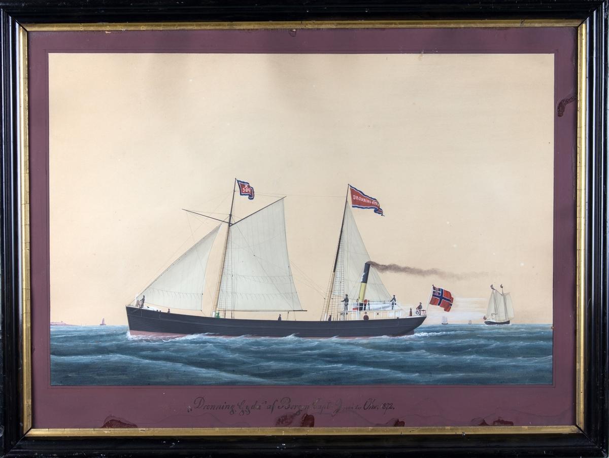 Skipsportrett av DS DRONNING GYDA under fart med full seilføring. Ser flere andre seilfartøy i bakgunnen. Skipet fører flagg med kjenningmerke samt vimpel med skipets navn og unisonsflagg akter. Ser tilsammen 8 personer på dekk.
