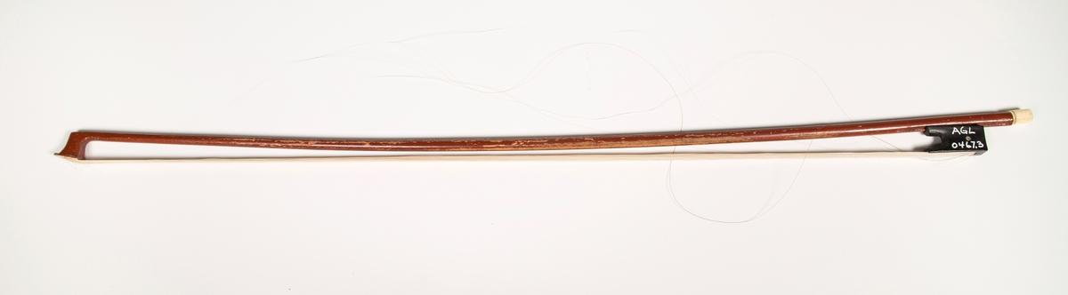 Fiolinbue: Avskallet lakk på trevirket. Tupp og skrue i ben.