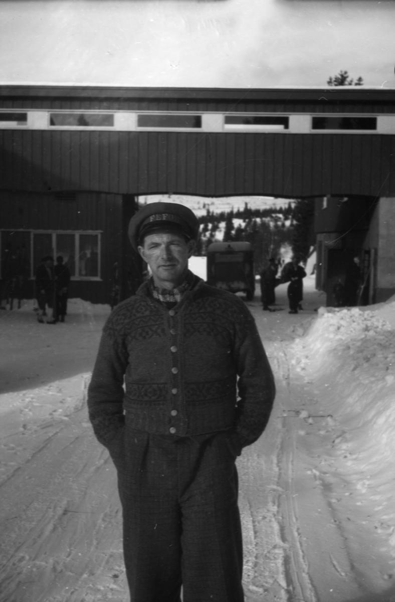 Mann utenfor Fefor Høyfjellshotell, Nord-Fron