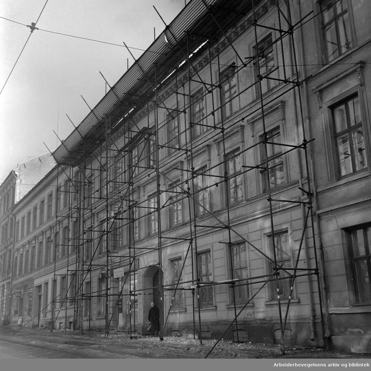 Thereses gate 24. Gårdeier lar stilaset stå. Mars 1963