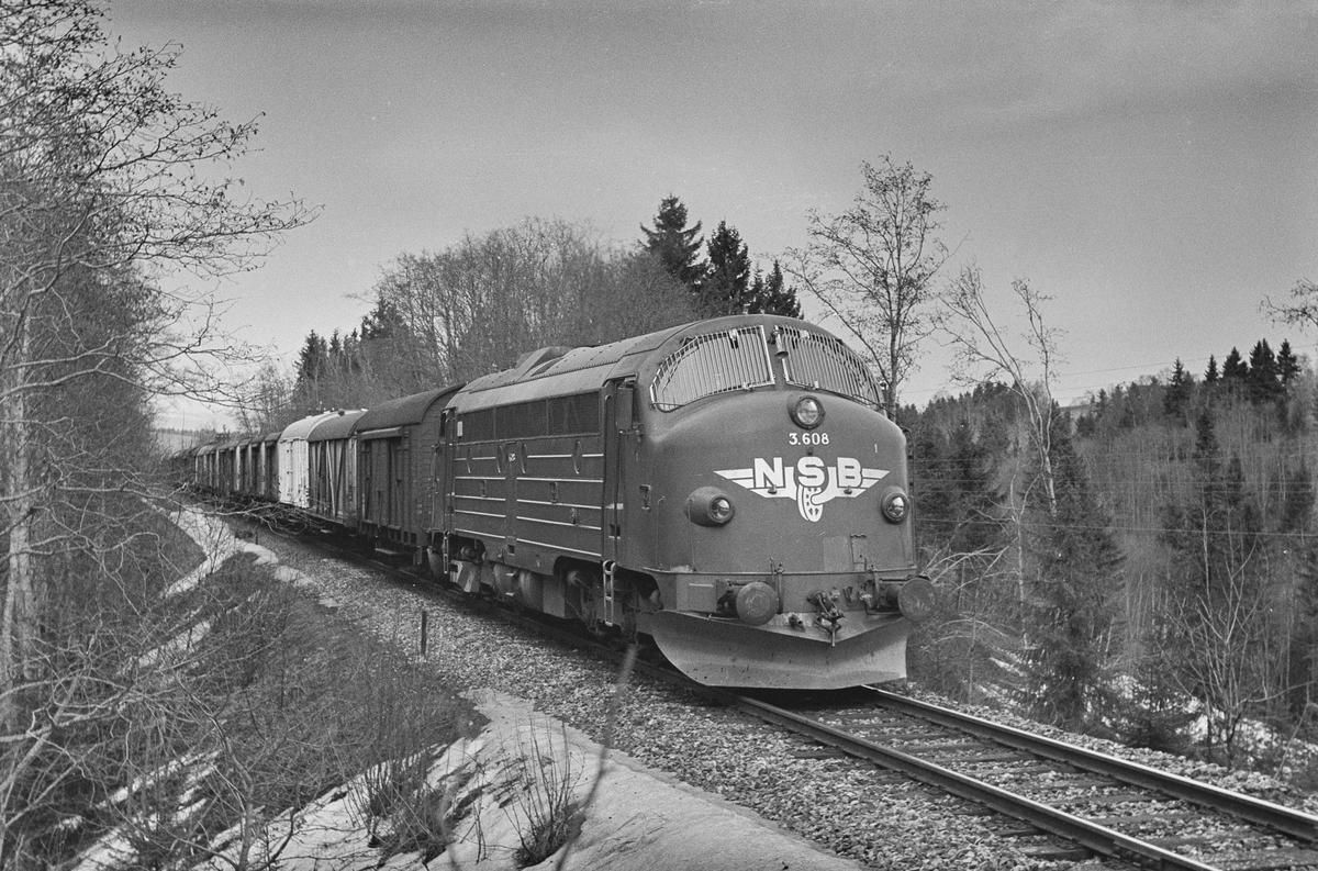 Sydgående vognlastgodstog fra Trondheim til Oslo ved Kalstad nær Heimdal. Toget trekkes av diesellokomotiv type Di 3 nr. 608.