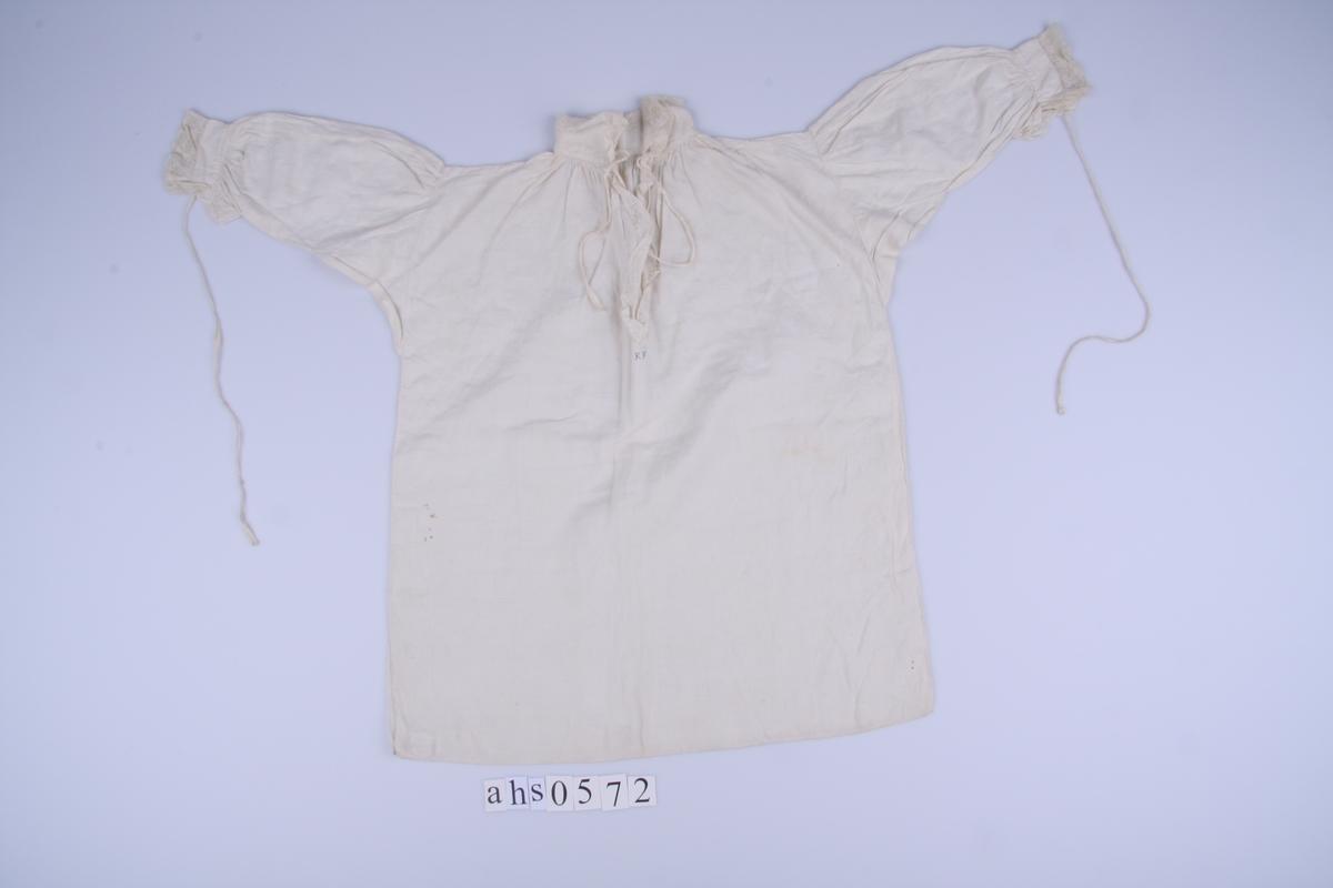 Av tynn, hvit lin. Valencienne-knipling med liknende mønster, men adskillig grovere.