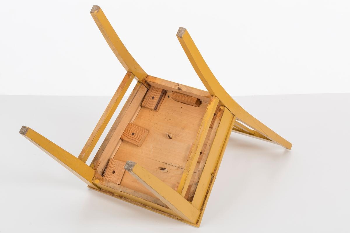 Stol i treverk, malt. Rygg med spiler. Den ene stolen har vært brukt betydelig røffere enn den andre.