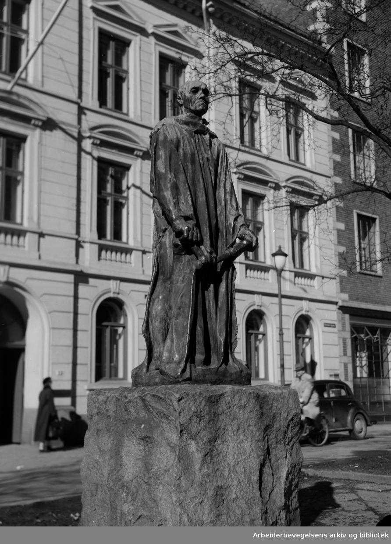 """Solli plass. Mannen med nøkkelen. Skulpturen er lager av den kjente franske billedhuggeren, Auguste Rodin og inngår i hans verk,""""Borgerne fra Calais"""" April 1951"""
