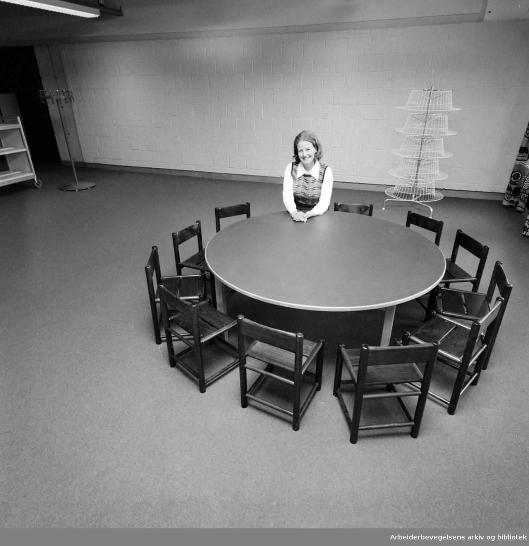 Sandaker. Bibliotekfilialen. Filialbestyrer Kari Liseth i barneavdelingen. Mars 1976