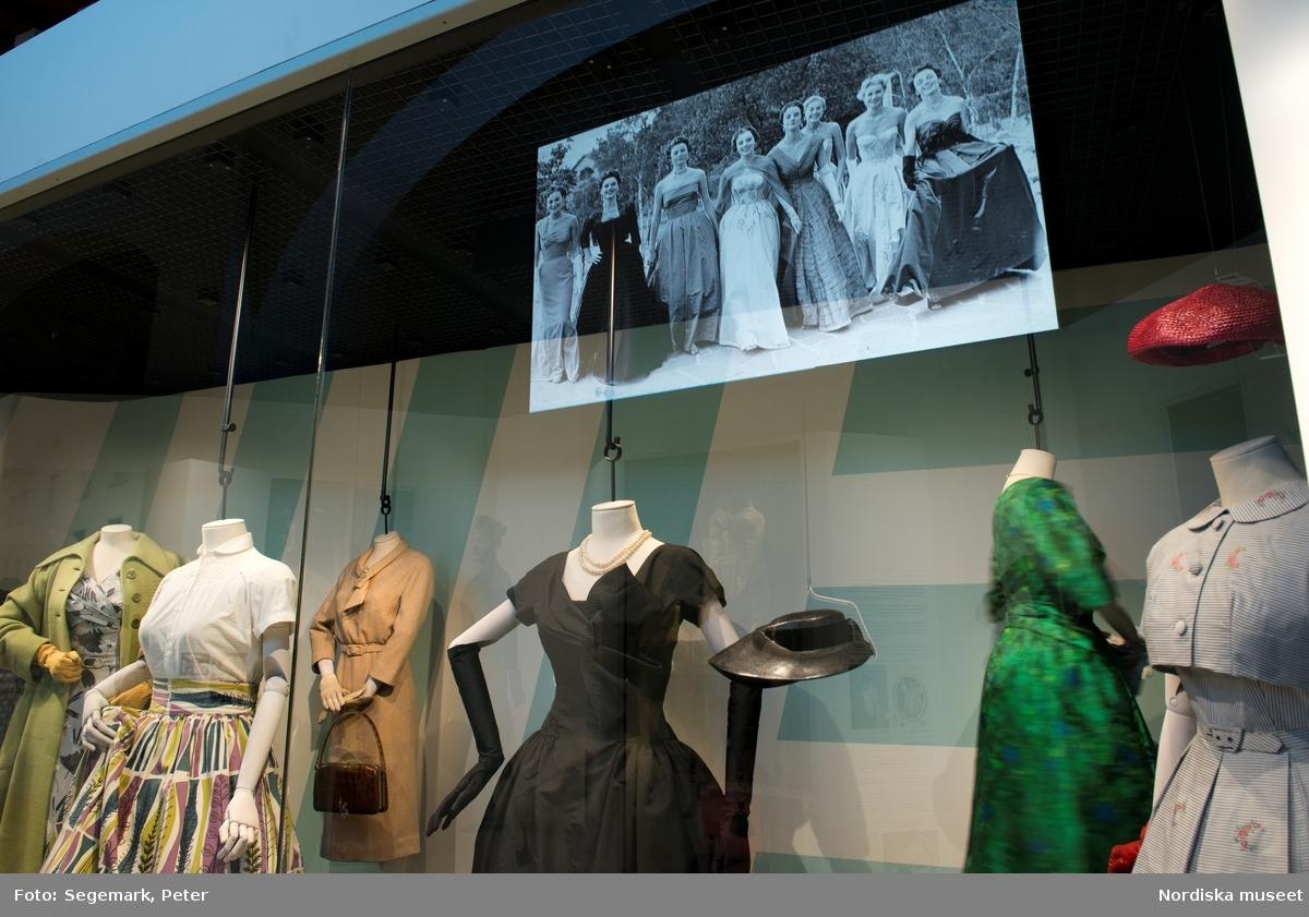 Mitt 50 tal  Dokumentation av utställningen som invigdes på museets plan 2 i November 2017.    Nylonstrumpor, korsetter, slanka midjor och vippiga kjolar. Men också eleganta handskar, hatt, stora pärlörhängen, jeans och rutig skjorta. Höstens nya modeutställning är ett frosseri i det kvinnliga femtiotalsmodet och en tänkvärd inblick i de för tiden rådande samhällsidealen.