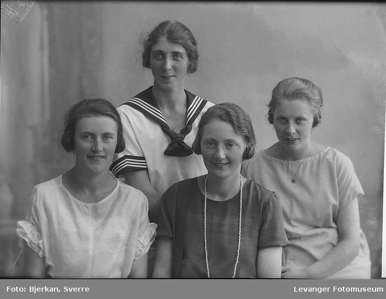 Gruppebilde av fire kvinner, trolig søstre. etternavnet til en av dem er Bjerve Fornavn ukjent