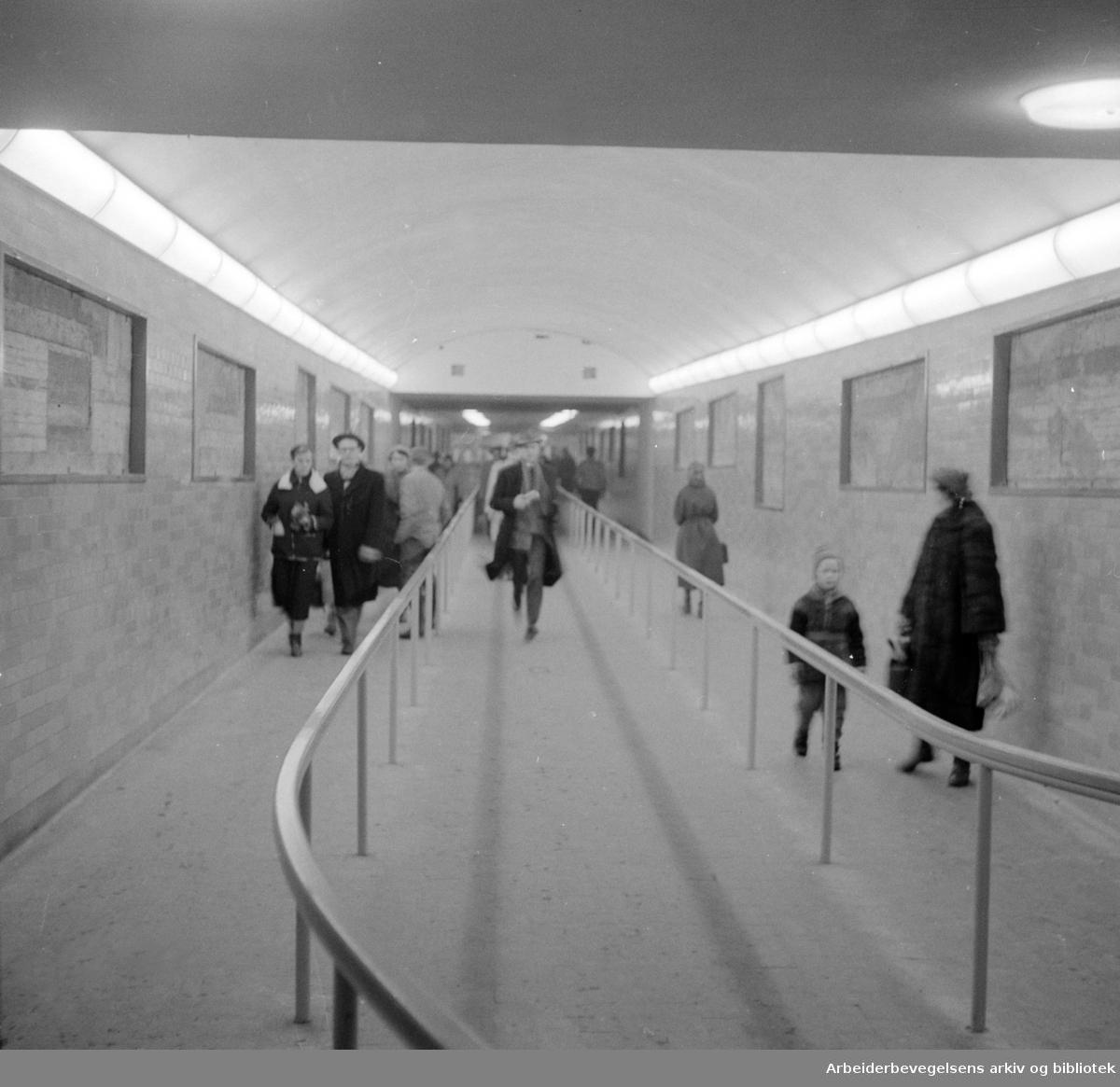 Undergrunnsbanens stasjon ved Nationalteatret. Februar 1957