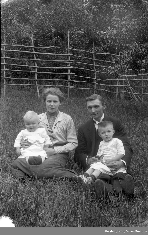 Familiebilete, kvinne og mann med to born