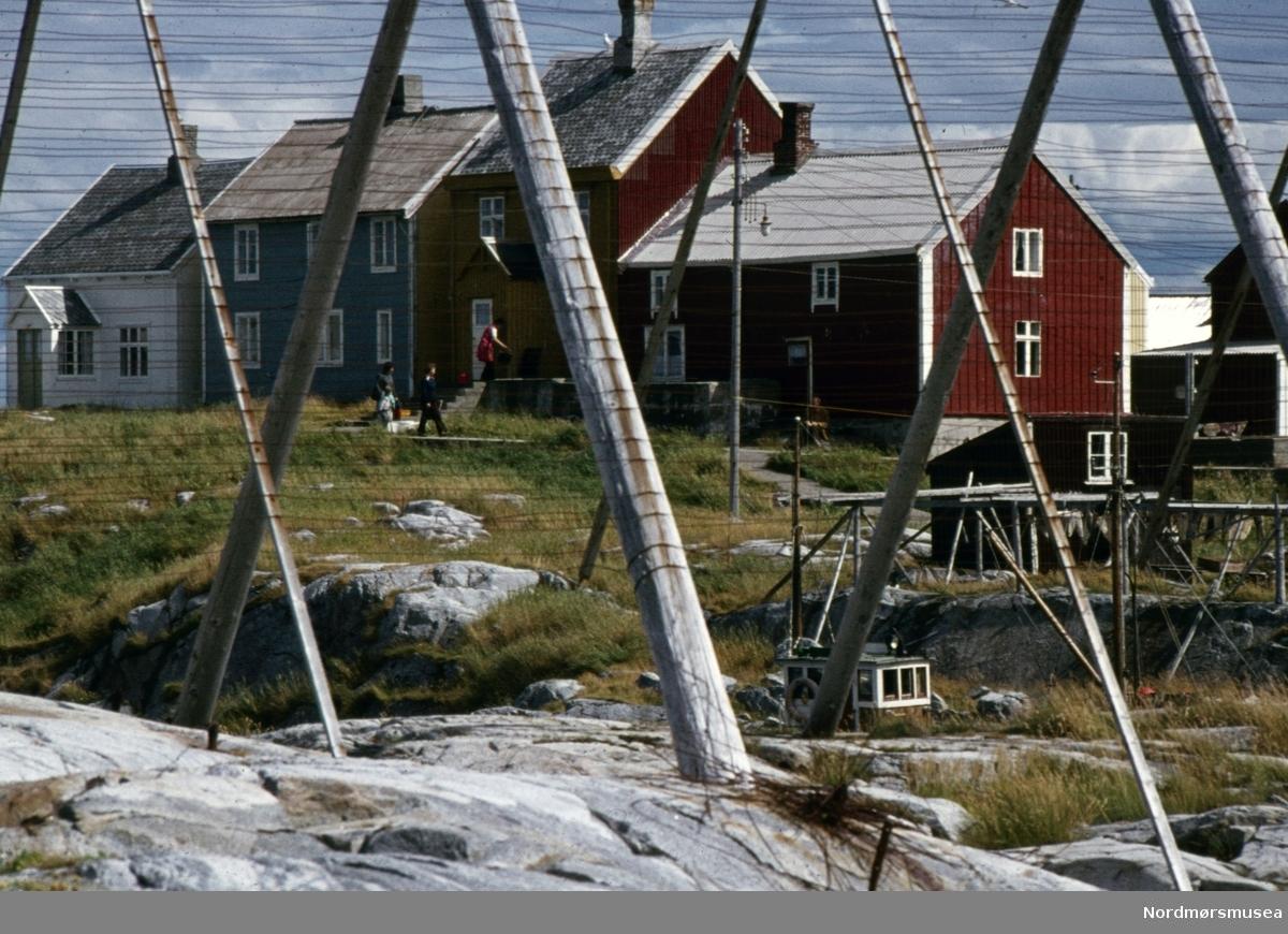 Foto fra noe av bebyggelsen på fiskeværet Grip i Kristiansund kommune. Fotograf er Kjell Haug og er den som står bak samlingen med fargefoto/dias fra Kristiansund og Grip. Bildene dateres til omkring 1950-1970. Fra Nordmøre museums fotosamlinger.