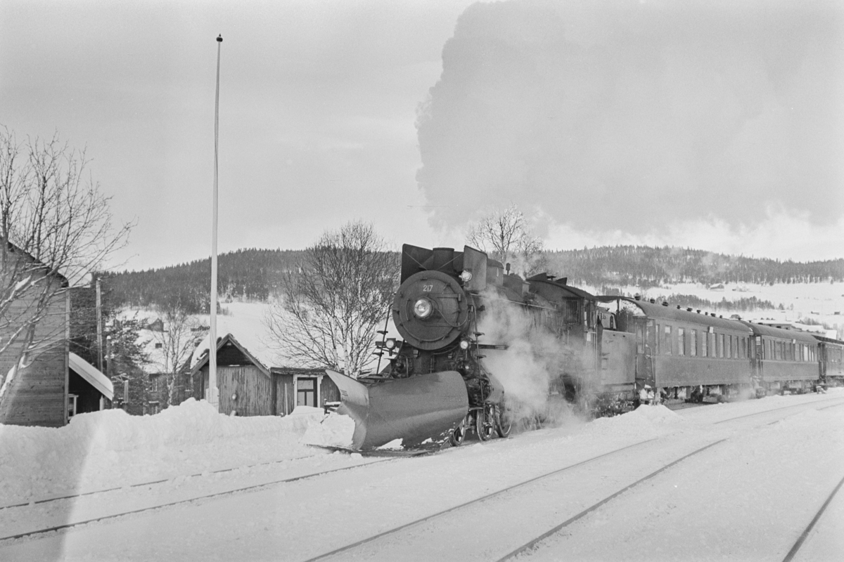 Dagtoget fraTrondheim til Oslo Ø, tog 302, på Røros stasjon. Toget trekkes av damplokomotiv type 26a nr. 217.