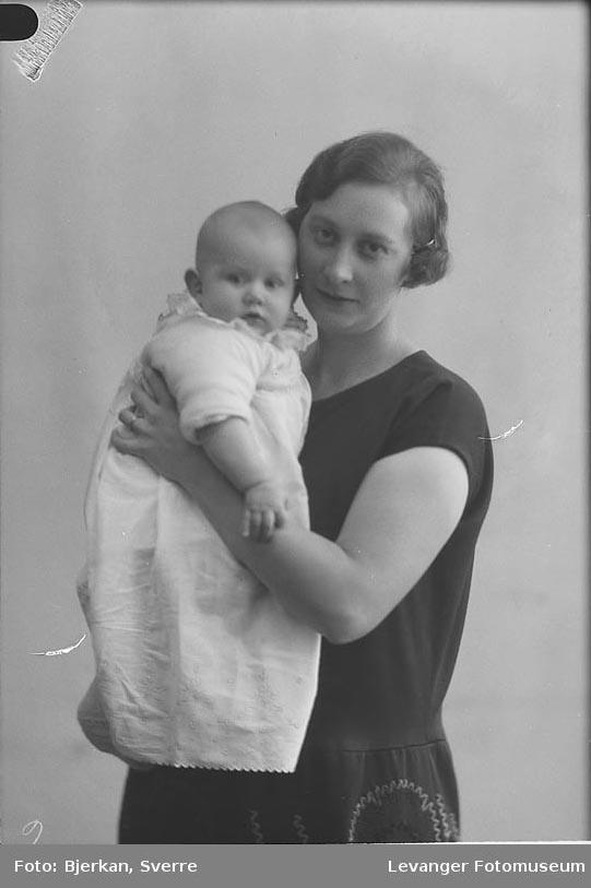 Portrett, mor og barn. kvinnen heter Ing Mathisen fornavn ukjent