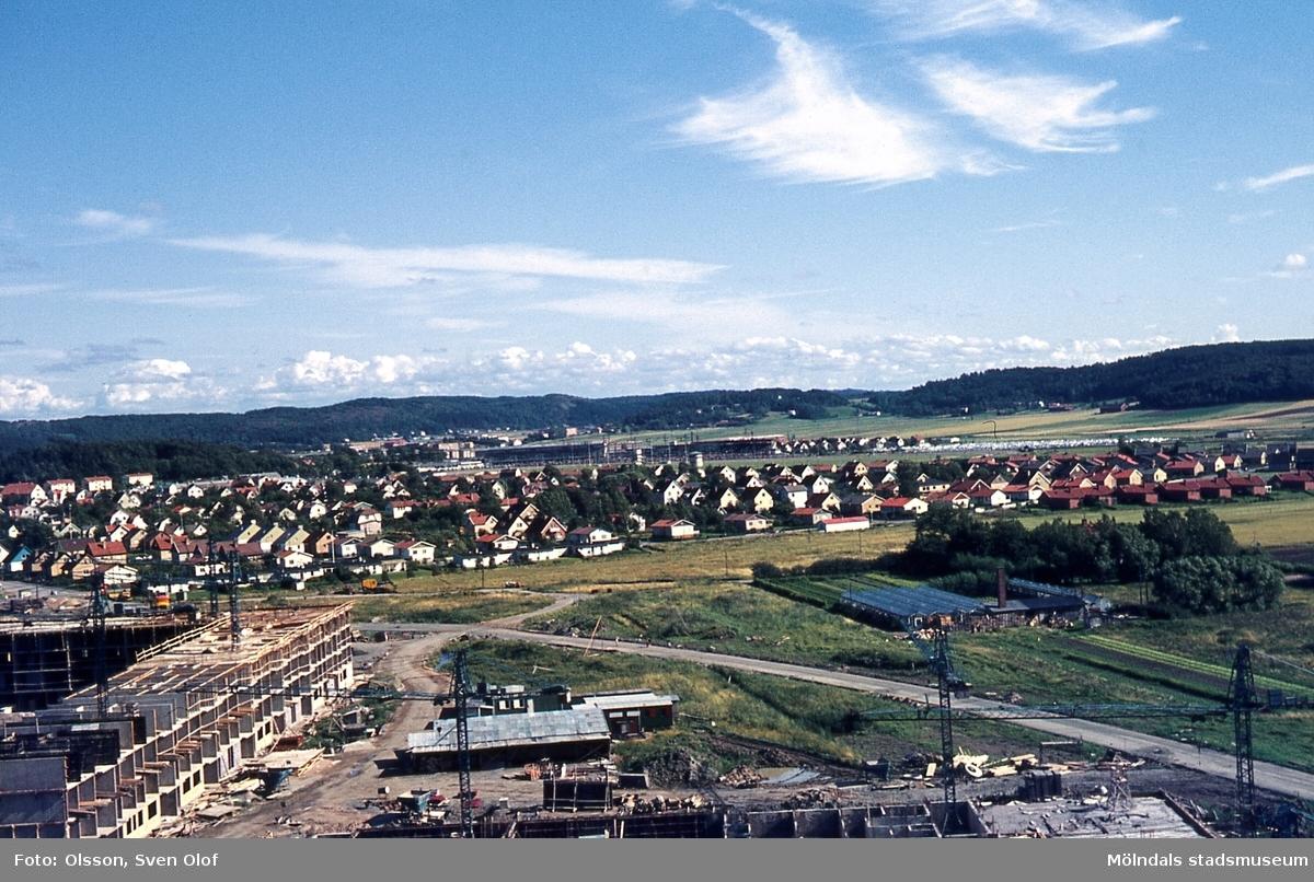 Toltorp i Mölndal, år 1967. Vy från Jungfruhoppet. Bifrost byggs. Till vänster ses Sanna handelsträdgård. I bakgrunden ses bostadsbebyggelse på Solängen.